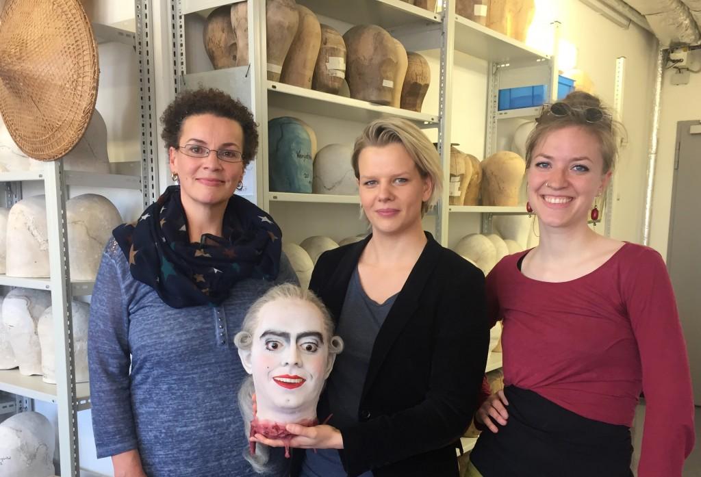 Nicole Busch, Linda Wilsmann und Helena Hausberg mit dem Kopf des Figaro