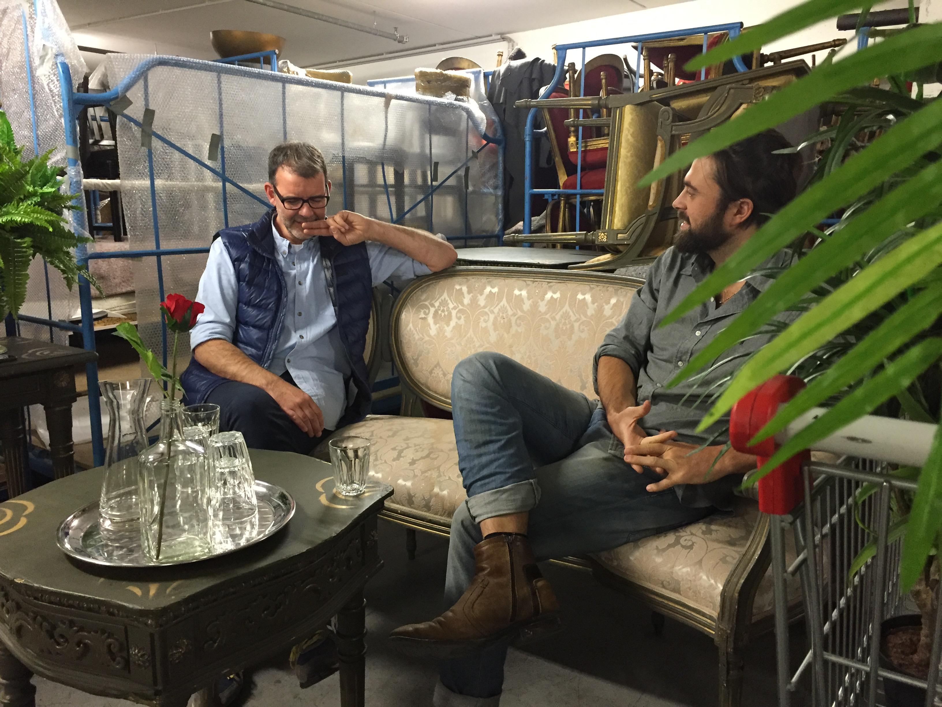 """Guido und Julian im """"Café"""" im Requisitenlager"""