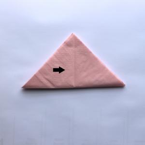3) Dieses Dreieck erneut, aber diesmal horizontal falten, dass es sich von der Größe ungefähr halbiert.