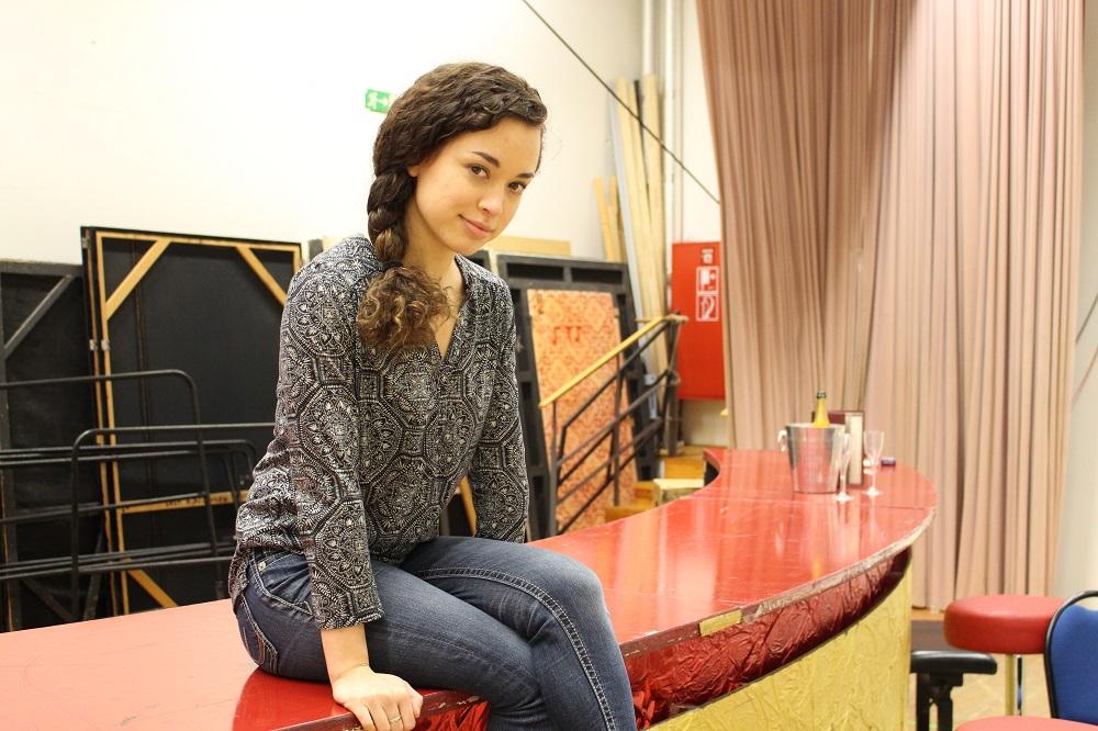 Heather Engebretson im Bühnenbild von