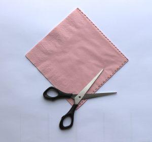 1) Mit der Schere die Ränder der Serviette abschneiden, sodass vier unzusammenhängende Quadrate entstehen.