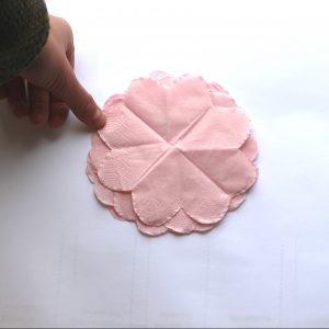 6) Wenn Sie mit dem Resultat zufrieden sind, kann der Zuschnitt aufgeklappt werden. Die vier Schichten auseinanderziehen und so platzieren, dass sie immer versetzt aufeinanderliegen. Dabei darauf achten, dass der Mittelpunkt immer noch einheitlich ist.