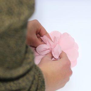 11) Die einzelnen Schichten so zusammendrücken, dass eine blütenähnliche Form entsteht. Dabei von der inneren zur äußeren Schicht hinarbeiten.